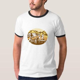 Camiseta Mãos no Woodcut do Oval da montanha do turista da