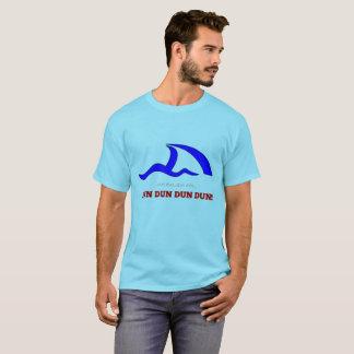 """Camiseta Marca de SURFESTEEM Co. - do """"ALETA TUBARÃO, DUN"""""""