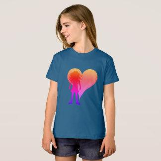 Camiseta Menina colorida com cabelo encaracolado longo e