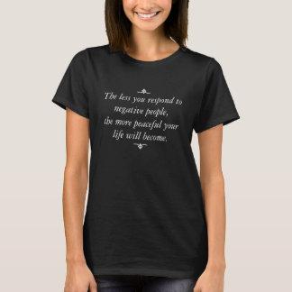 Camiseta Menos você responde às pessoas negativas do texto