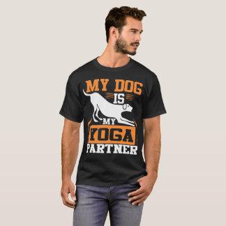 Camiseta Meu cão é meu sócio da ioga - branco e laranja