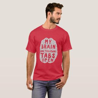 Camiseta Meu cérebro tem T gráfico aberto demais das abas