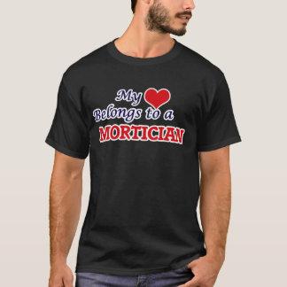 Camiseta Meu coração pertence a um Mortician