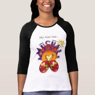 Camiseta Meu homem tem… Design de Mucha Maracas