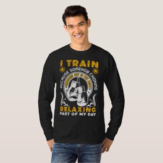 Camiseta Mim Tran porque de algum modo bloqueando o t-shirt