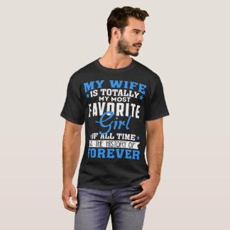 Camiseta Minha esposa é totalmente minha menina mais
