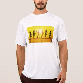 Camiseta Miúdos que jogam no verão em um cais