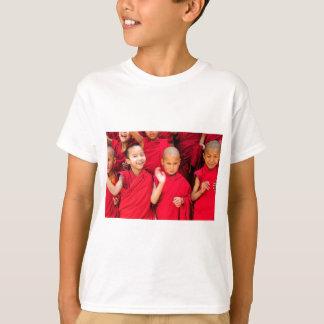 Camiseta Monges pequenas em vestes vermelhas