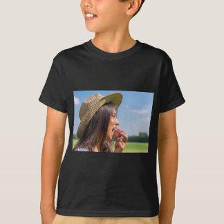 Camiseta Mulher com chapéu que come a maçã vermelha fora