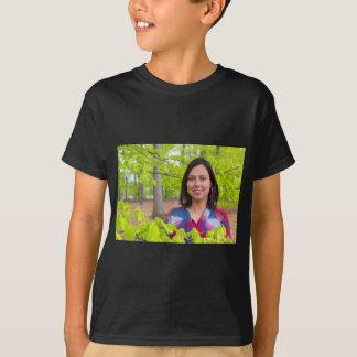 Camiseta Mulher do retrato com as folhas do verde no