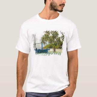 Camiseta Mulher no barco de pesca tradicional pequeno,