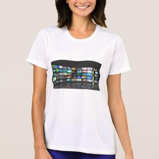 Camiseta Mulher que surfa a Web em Smartphone ou na