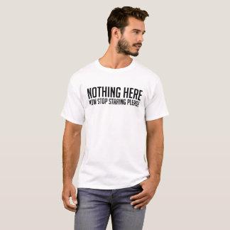 Camiseta Nada aqui, parada que olha fixamente por favor