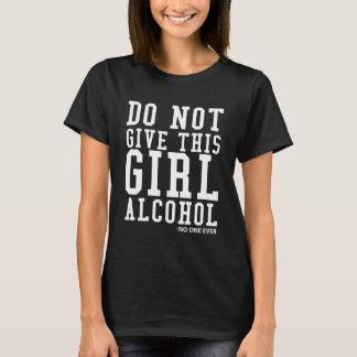 Camiseta Não dê esta menina que o álcool disse ninguém