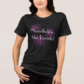 """Camiseta """"Não obstante, persistiu"""" com flores cor-de-rosa"""