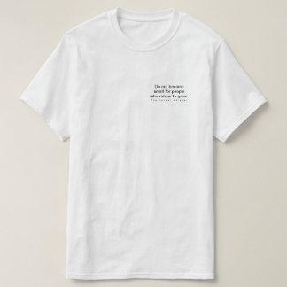 Camiseta Não se torne pequeno para as pessoas que recusam