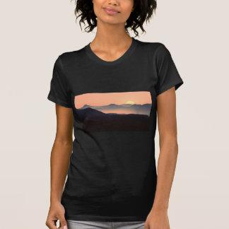Camiseta Nascer do sol colorido lindo da montanha enevoada