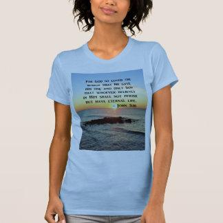 CAMISETA NASCER DO SOL DO 3:16 DE JOHN NA FOTO DO OCEANO