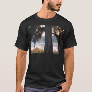 Camiseta Nascer do sol sobre um lago pequeno no sul