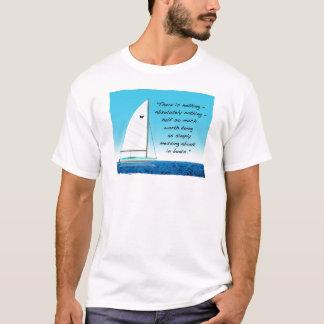 Camiseta Navigação ou sujeira aproximadamente com barcos