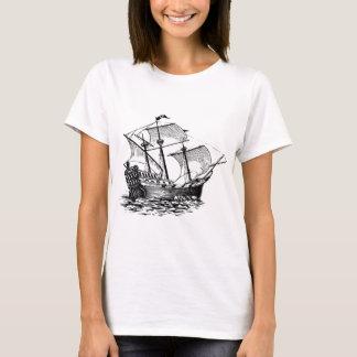 Camiseta navio de madeira antigo na água