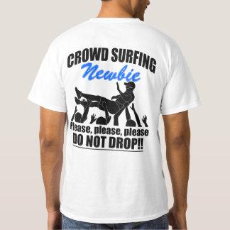 Camiseta Newbie surfando da multidão (preto)