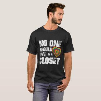Camiseta Ninguém deve viver em um armário