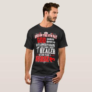 Camiseta No 8o dia o deus disse o curandeiro da necessidade