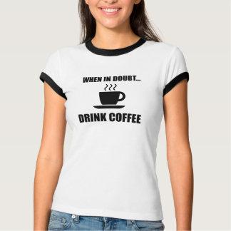 Camiseta No café da bebida da dúvida