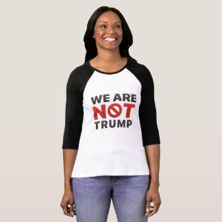 """Camiseta """"Nós não somos trunfo"""" 3/4 de t-shirt do Raglan da"""