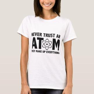 Camiseta Nunca confie um átomo. Compo tudo