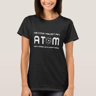 Camiseta Nunca confie um átomo que compo tudo