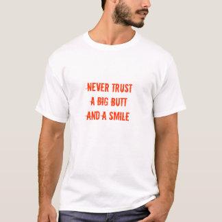 Camiseta Nunca confie um bumbum grande e um sorriso