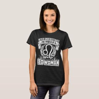 Camiseta Nunca subestime o poder do Tshirt da mulher de Leo