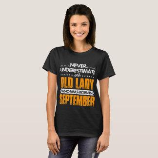 Camiseta Nunca subestime uma senhora idosa nascer em