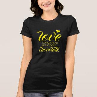 Camiseta O amor engraçado conquista tudo, mas assim que faz