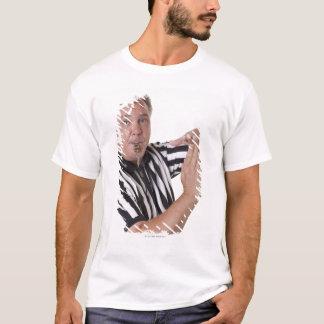 Camiseta O árbitro com tempo para fora sinaliza e assobia
