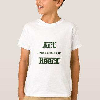 Camiseta O ato em vez de reage