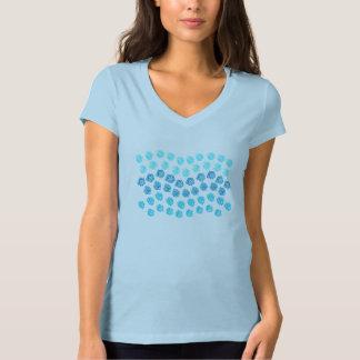 Camiseta O azul acena o t-shirt do V-Pescoço do jérsei das