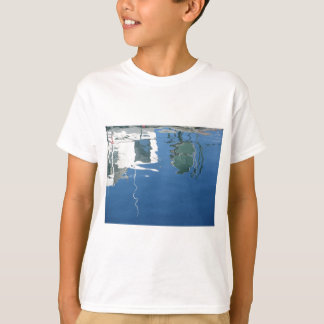 Camiseta O barco de pesca reflete na água