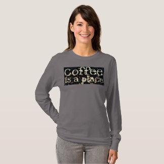 Camiseta O café é um lugar por JP Choate