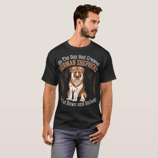 Camiseta O cão de german shepherd criado deus Sat sorriu