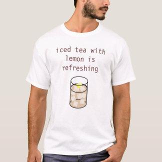 Camiseta o chá gelado com limão está refrescando