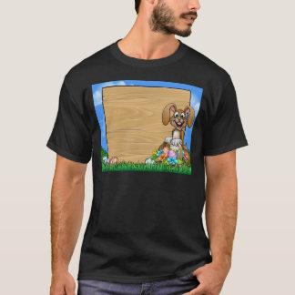 Camiseta O coelho do sinal da páscoa Eggs o fundo