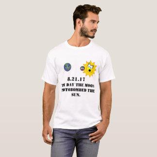 Camiseta O dia a lua photobombed o sun.
