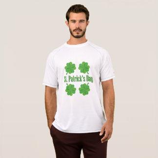 Camiseta O dia de St Patrick com trevo