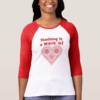 Camiseta O ensino é um trabalho do _da categoria do amor do