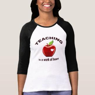 Camiseta O ensino é um trabalho do t-shirt do coração