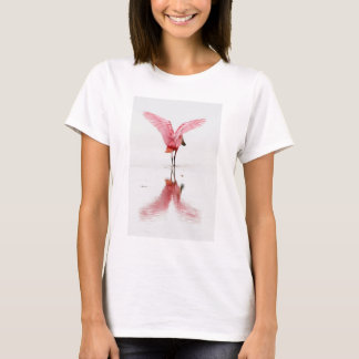 Camiseta O flamingo cor-de-rosa refletiu na água no t-shirt