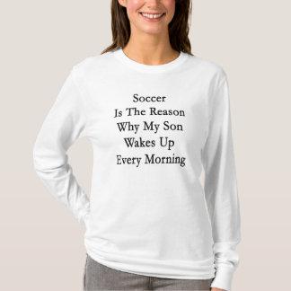 Camiseta O futebol é a razão pela qual meu filho acorda